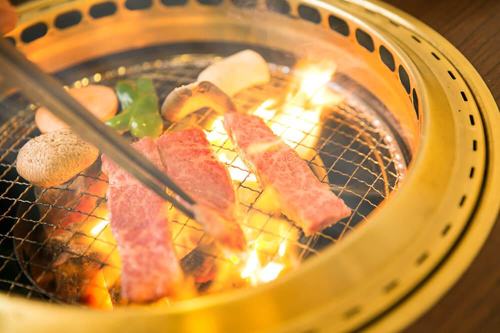 網の上で肉を焼いている写真です。