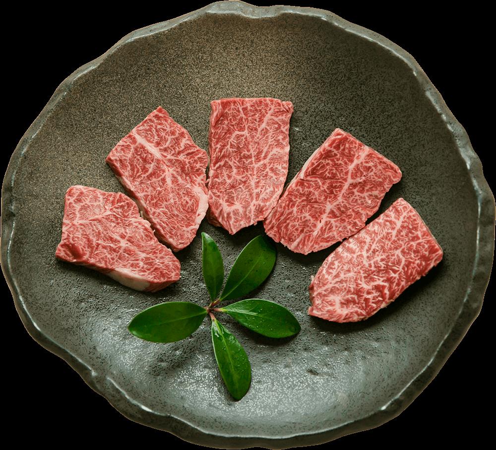 お皿の上に生肉が載っている写真です。